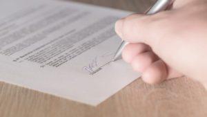 signature d'un contrat de vente par l'acquéreur